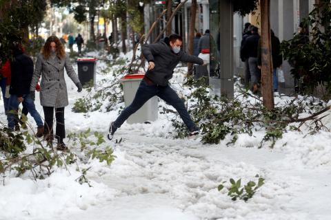 Un chico salta sobre la nieve.