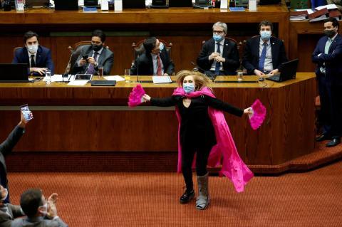 La congresista chilena Pamela Jiles celebra una votación durante una sesión del Congreso en Valparaíso, Chile, el 15 de julio de 2020.