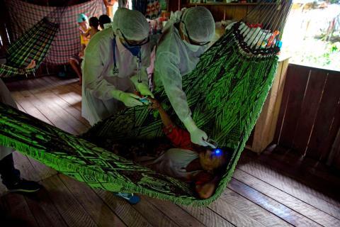 Trabajadores de la salud realizan pruebas de detección de COVID-19, en Marajo, Brasil.