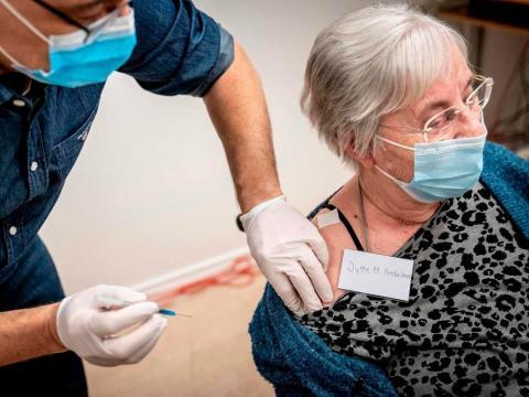 Jytte Margrete Frederiksen, una de las primeras danesas en vacunarse en Ishoj, Dinamarca, el 27 de diciembre de 2020.
