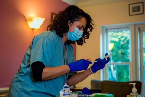 Una doctora prepara una vacuna contra el coronavirus
