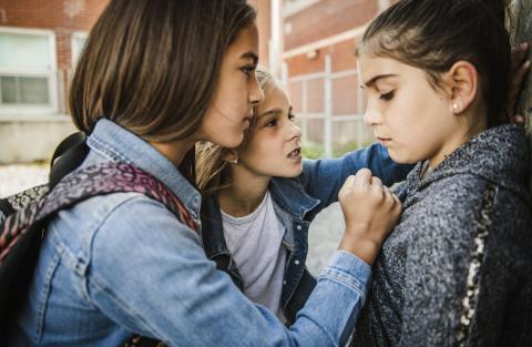 Dos niñas amenazan a otra