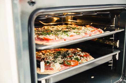 Dos pizzas en el horno