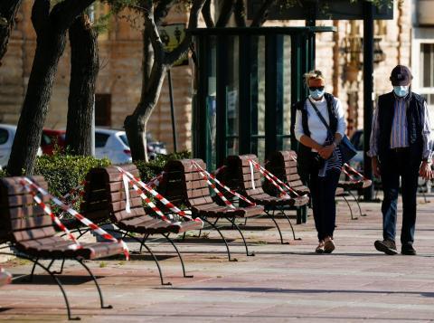Un hombre y una mujer pasean con mascarilla por Malta, abril de 2020.