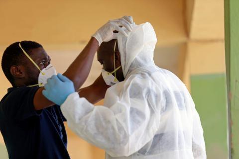Trabajadores de la salud se ponen trajes EPP en Abuja, Nigeria, el 15 de abril de 2020.
