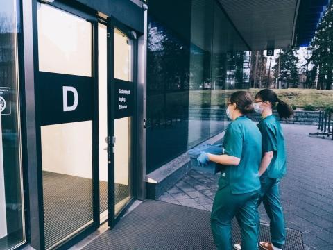 Dos sanitarias llevan la vacuna de Pfizer y BioNTech al Hospital Universitario de Helsinki, Finlandia, 27 de diciembre de 2020.