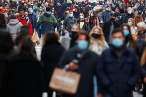 Gente con mascarilla por la calle