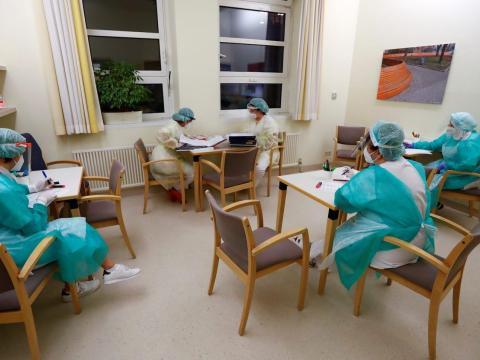 Sanitarios durante una sesión informativa de cambio de turno, en la sala de aislamiento de COVID-19 del hospital DRK Kliniken Berlin Mitte, Berlín, Alemania, 11 de noviembre de 2020.