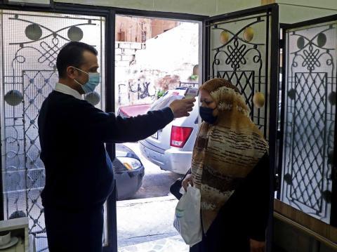 Revisión de la temperatura antes de entrar en un edificio en Beirut, Líbano, 23 de diciembre de 2020.
