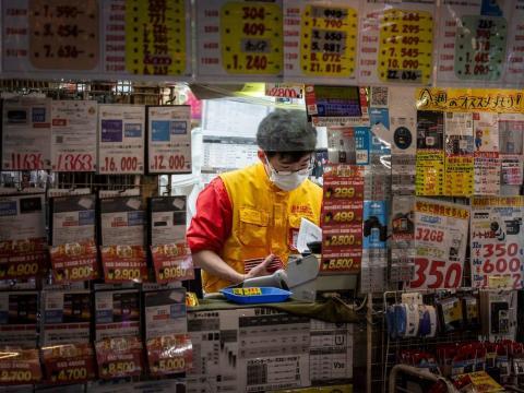 Un miembro del personal de una tienda de electrodomésticos trabajando en Tokio, Japón, 27 de diciembre de 2020.