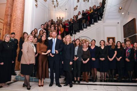 Los príncipes Harry y Meghan Markle con el personal de la Casa de Canadá.
