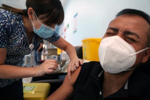 Un hombre recibiendo la vacuna del coronavirus