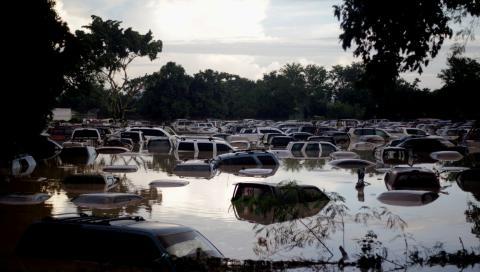 Una inundación sumerge los coches de un aparcamiento en La Lima (Honduras)