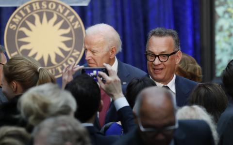 Joe Biden y Tom Hanks en el acto de presentación del retrato de Obama en Washington (Reuters)
