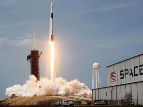 Lanzamiento del cohete Falcon 9 de SpaceX desde el Centro Espacial Kennedy de Florida