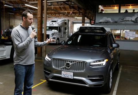 Levandowski, como nuevo jefe del equipo de conducción autónoma de Uber, muestra su vehículo a la prensa en 2016.