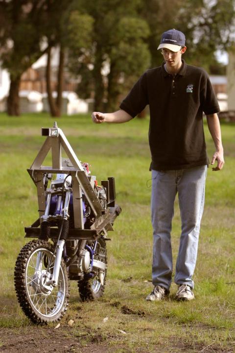 Levandowski participó en los Grandes Desafíos de DARPA de 2004 y 2005 con una motocicleta autopropulsada.