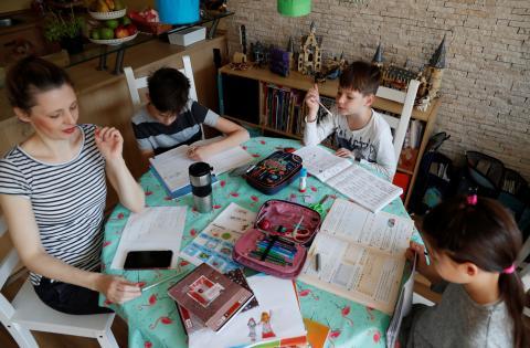 madre ayudando a sus hijos con los deberes