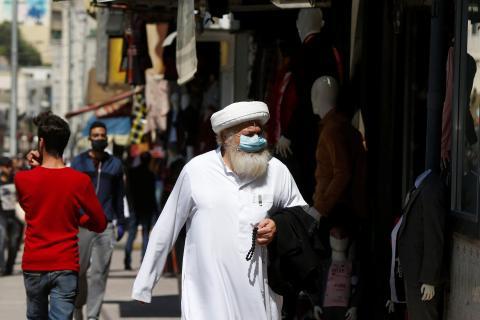 Un hombre con mascarilla pasea por el mercado principal en el centro de Ammán, Jordania, el 29 de abril de 2020.