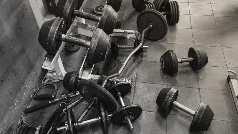 Material de gimnasio desordenado.