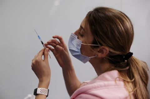 Un medico con una vacuna contra el COVID