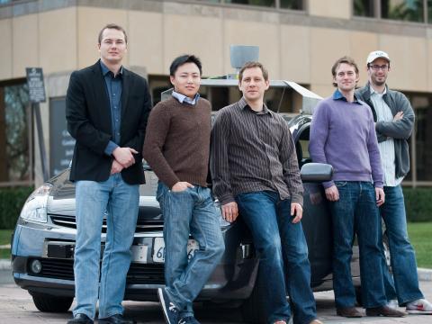 Los miembros principales del primer equipo de Chauffeur incluían a Urmson (a la izquierda del todo) y Levandowski (a la derecha del todo).