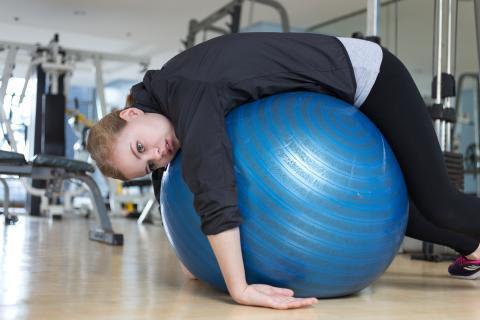 Mujer aburrida en el gimnasio.