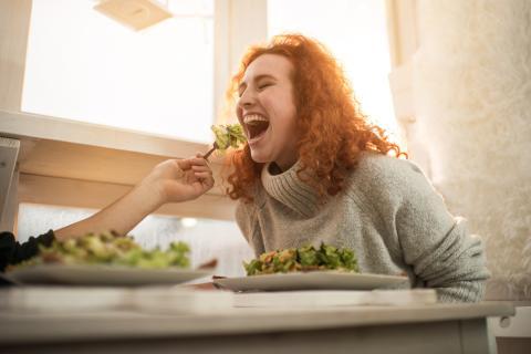 mujer comiendo verdura, ensalada