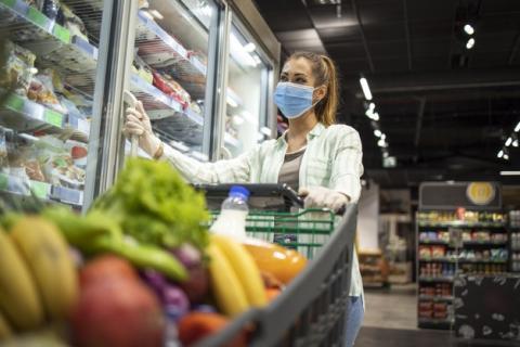 Mujer compra en el supermercado