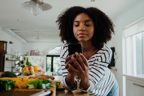 mujer consultando el móvil dieta