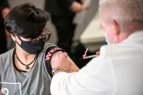 Una mujer recibe su primera inyección de la vacuna de Moderna contra el COVID-19.