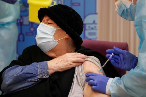 Mujer recibiendo la vacuna del coronavirus