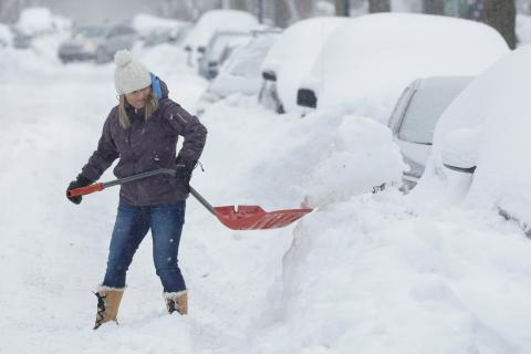 mujer retirando nieve coche