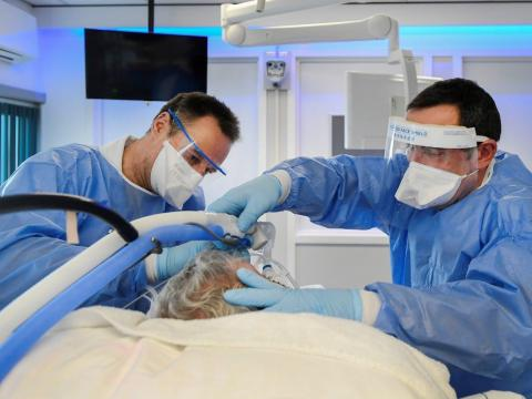 El personal médico que lleva trajes de protección completa es visto mientras trata a un paciente infectado con el coronavirus en la UCI en el UMC+ de Maastricht, Holanda, el 10 de noviembre de 2020.