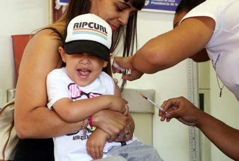 Un niño es vacunado de chikungunya en Buenos Aires (Argentina).