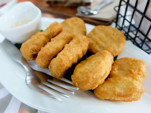 Los nuggets congelados pueden quedar crujientes y dorados en una freidora.