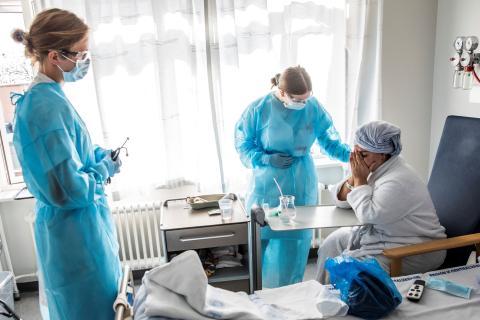 Paciente con COVID-19 es atendida en un hospital.