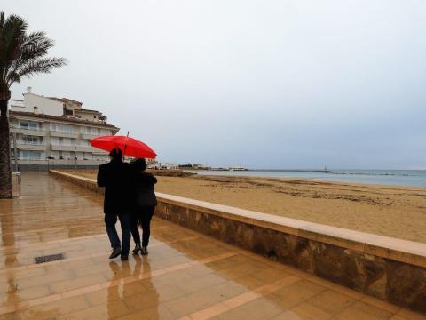 La playa casi vacía de Palma, España, el 25 de diciembre de 2020.