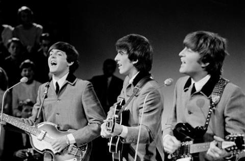Paul, George y John en un concierto.