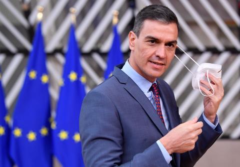 Pedro Sánchez se quita la mascarilla durante una cumbre de la UE