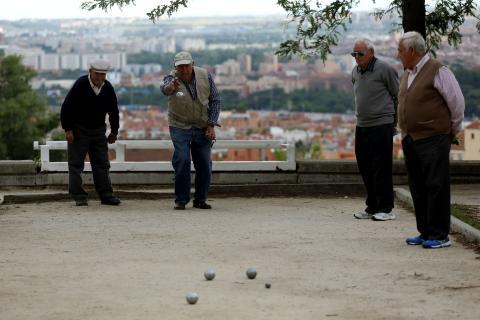 Pensionistas jugando a la petanca