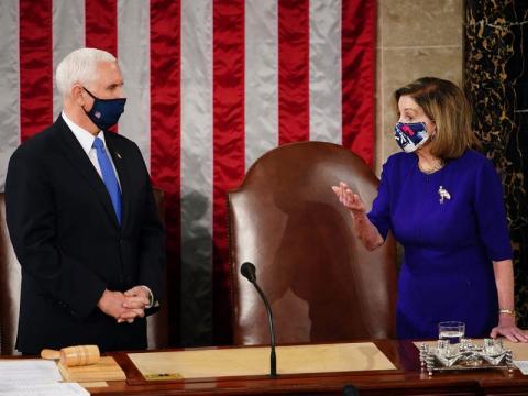 La presidenta de la Cámara de Representantes, Nancy Pelosi, junto a Pence en una sesión conjunta del Congreso, donde se reúnen para contar los votos del Colegio Electoral, el pasado 6 de enero.