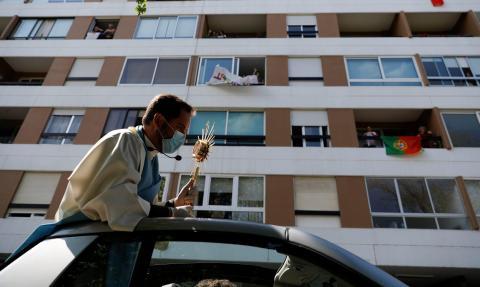 El sacerdote Nuno Westwood recorre los vecindarios durante el Domingo de Pascua, mientras Portugal permanece encerrado por el coronavirus en Oeiras, Portugal, el 12 de abril de 2020.