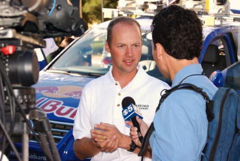 El profesor de Stanford Sebastian Thrun se puso en contacto con Larry Page después del Gran Reto de 2005, que ganó su equipo.
