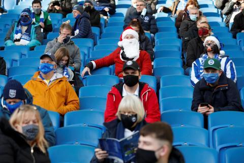 Público que guarda la distancia de seguridad durante un partido en Brighton, Gran Bretaña.