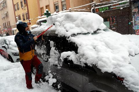 quitar nieve del coche, temporal en Madrid