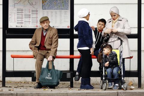 Señor mayor esperando al bus en soledad