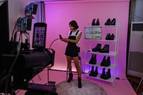 Silvia Rivera realiza una retransmisión en un estudio en Shangái (China) para ofrecer productos en el canal español de AliExpress en octubre de 2020