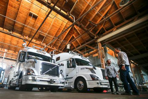 La startup de Uber, Otto, desarrolló una tecnología que permitía a los camiones pesados circular solos.