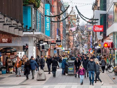 La gente pasea por la calle comercial Drottninggatan en el centro de Estocolmo, Suecia, el 10 de noviembre de 2020.